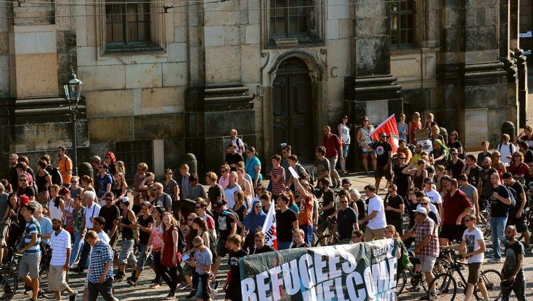 'Vluchtelingen welkom' staat er op een spandoek bij een demonstratie in Dresden. Beeld epa