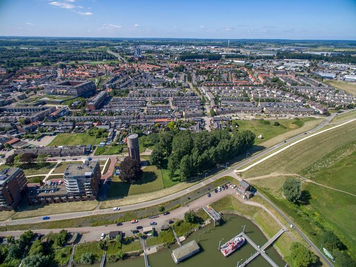 Het gebied achter de Echteldsedijk met naast de watertoren het bosje De Pas.