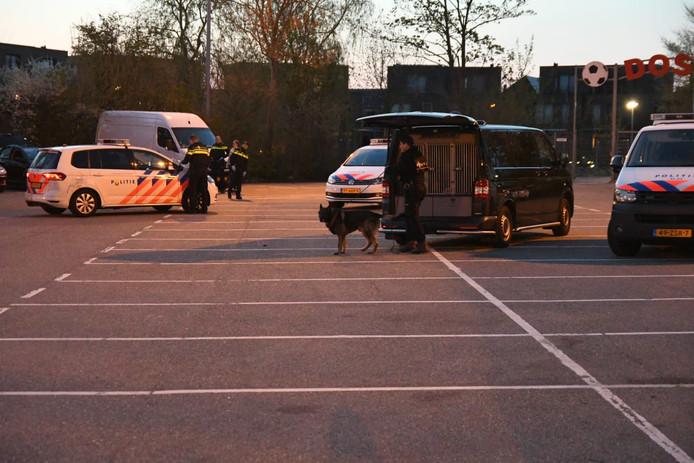 Politie op het parkeerterrein van DOSR in Roelofarendsveen