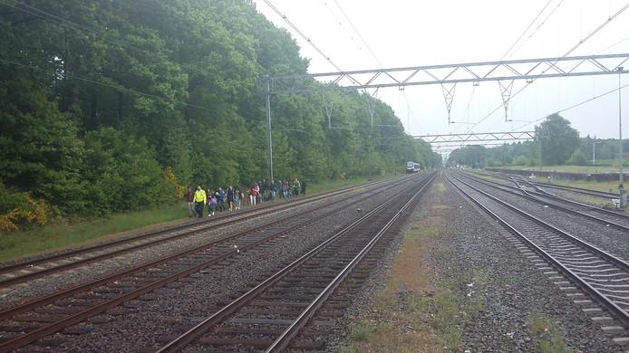 Passagiers lopen na het verlaten van de trein naar station Ede-Wageningen.