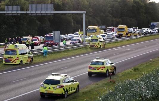 Hulpdiensten bij de verkeerschaos die is ontstaan nadat een vrachtwagen was ingereden op een file op de A7.