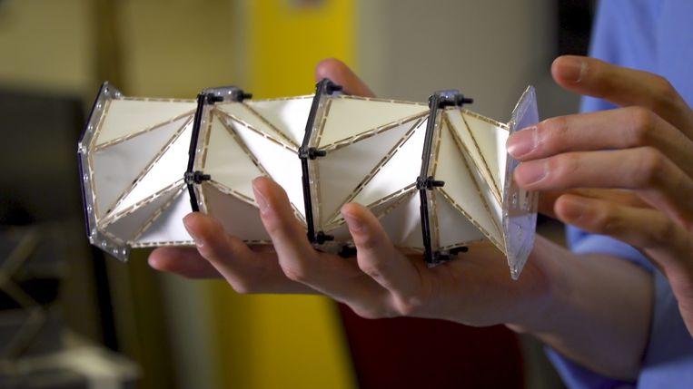 Een stapel van de origamibouwstenen. Druk uitoefenen op één kant creëert een trekkracht in de constructie die de druk tegenhoudt. Beeld Kiyomi Taguchi/University of Washington