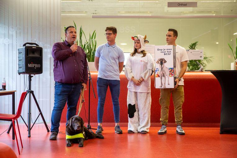Geert bezoekt samen met zijn blindengeleidehond de campus in Diepenbeek.