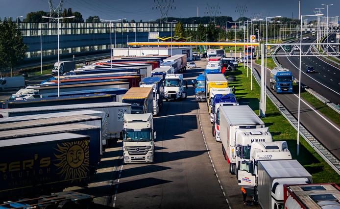 De rustplek langs de A15 bij Rhoon staat vol buitenlandse vrachtwagens.