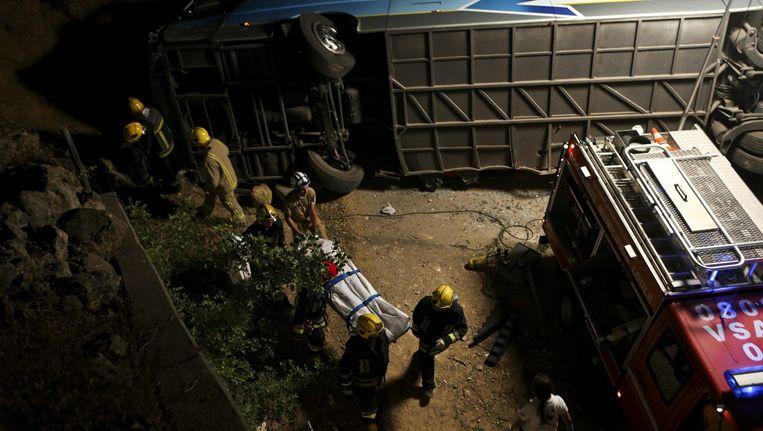 De Portugese brandweer bergt de lichamen van de omgekomen passagiers. Beeld epa