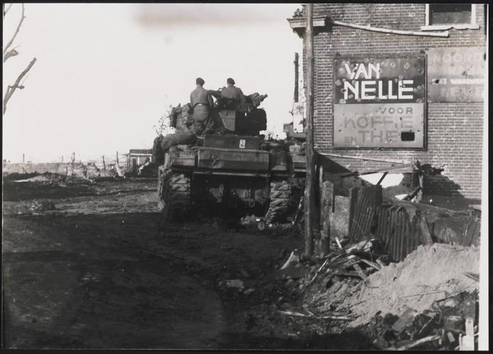 Een Poolse tank rijdt het verwoeste dorp Moerdijk binnen.