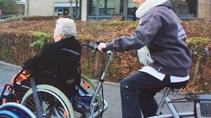 Snoezelfiets laat rolstoelgebruikers fietsen
