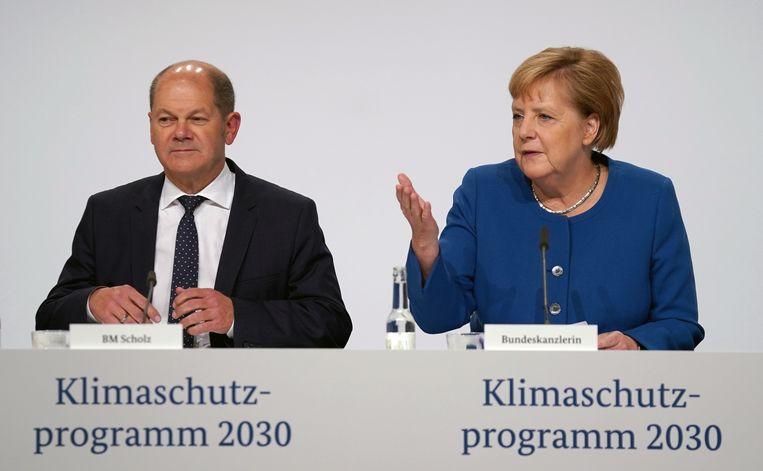 Bondskanselier Angela Merkel (rechts) en vicepremier Olaf Scholz (links) bij een persconferentie over de nieuwe klimaatplannen. Beeld EPA