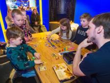 Kinderen spelen bordspellen op hoog niveau bij De Jonge Strateeg. 'Het leert ze vaardigheden aan'