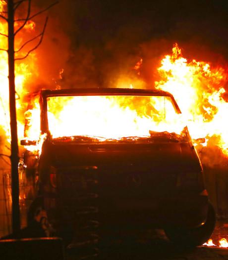 Busje gaat in vlammen op in Oss