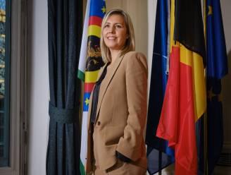 """INTERVIEW. Ludivine Dedonder (PS), de eerste vrouwelijke minister van Defensie: """"Een beginnende zelfstandige kan perfect 2 dagen per week bij Defensie komen werken"""""""