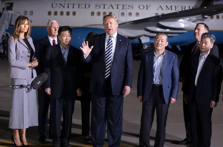 President Donald Trump, zijn vrouw Melania en de drie door Noord-Korea vrijgelaten Amerikanen. Beeld null