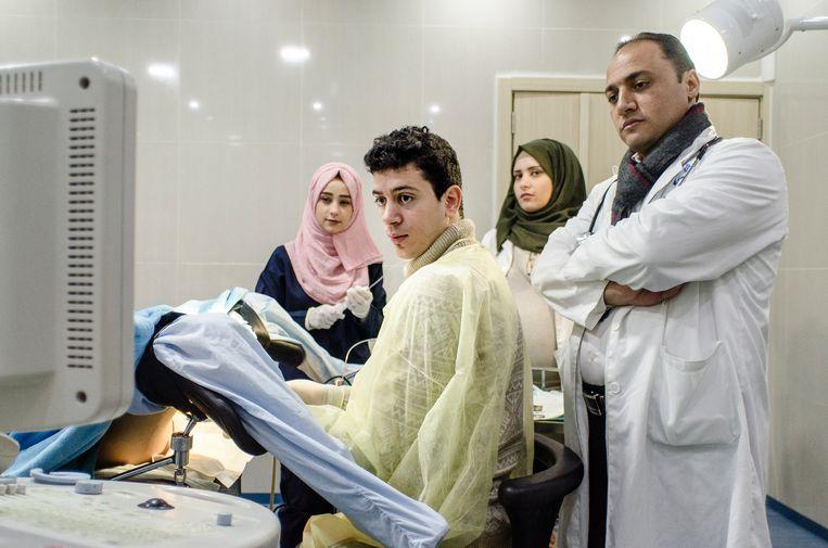 Punctie van rijpe eicellen in de operatiekamer van de al-Heloukliniek. Beeld Daniela Sala