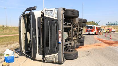 Vrachtwagen kantelt op Sint-Antoniusweg, chauffeur blijft ongedeerd