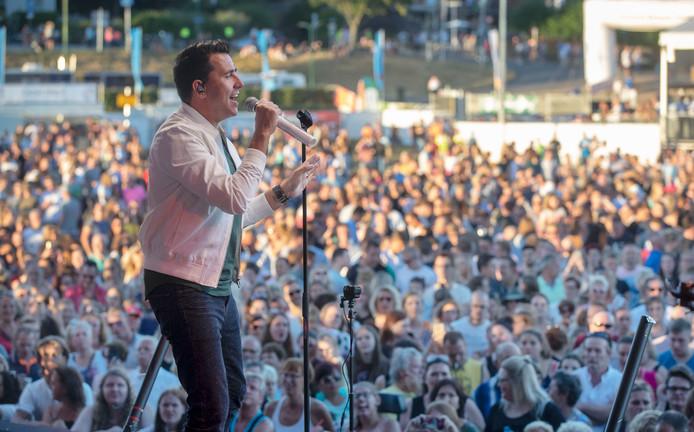 Met een optreden van Jan Smit is gisteravond de Rijnweek in Rhenen geopend.