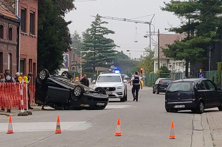 De bestuurster van de wagen links ramde een ander geparkeerd voertuig en ging vervolgens over de kop.
