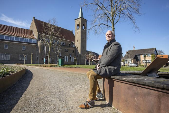 Gerard Kosse met op de achtergrond het voormalige klooster van Ootmarsum.