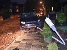 Jonge vrouw rijdt lantaarnpaal omver in Den Ham