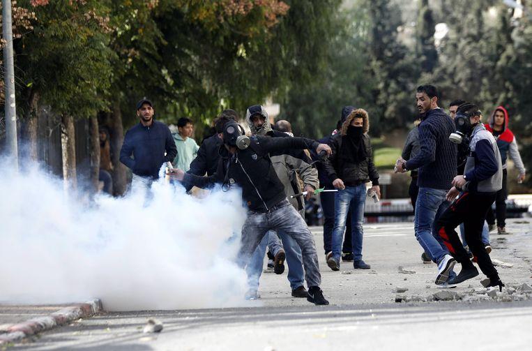 Palestijnen gooien stenen naar Israëlische troepen in Bethlehem.
