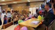 IN BEELD. Zwarte Miet en Zwarte Piet stappen in het huwelijksbootje in basisschool De Wegwijzer