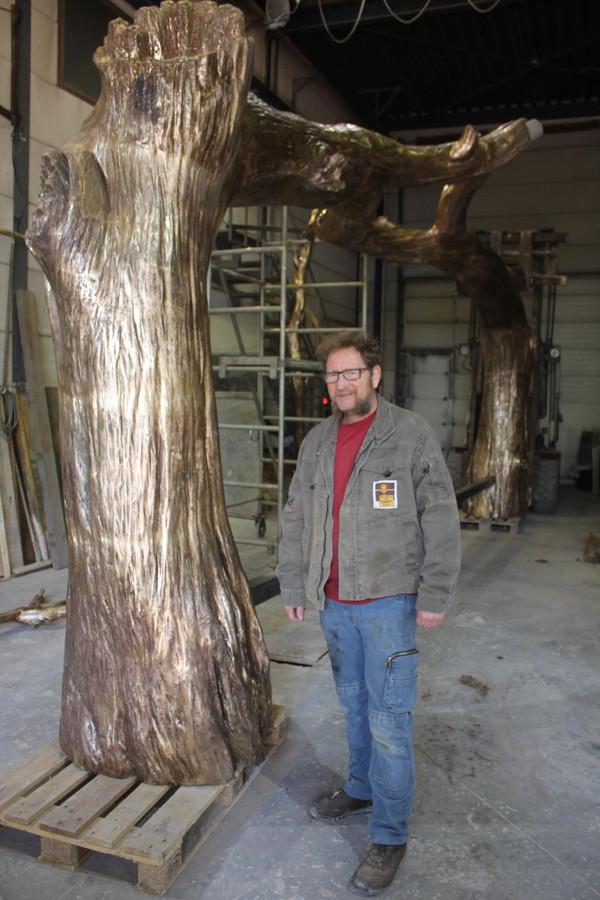 Jo Van Geert bij de bronzen tak van drie ton.