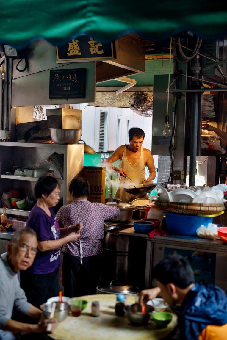 Eten in een steegje in Hongkong. Beeld LightRocket via Getty Images