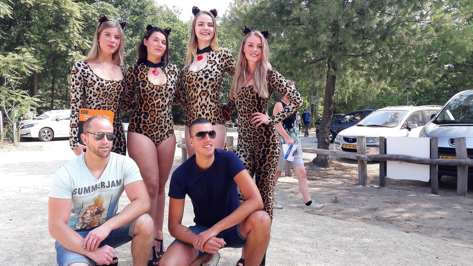 Niet knuffelen, maar wel op de foto met de als jachtluipaarden verklede modellen bij de entree van Safaripark Beekse Bergen. Een aangename verrassing, aldus Frederik Michiels (rechts) en Joris Jadoulle uit België.