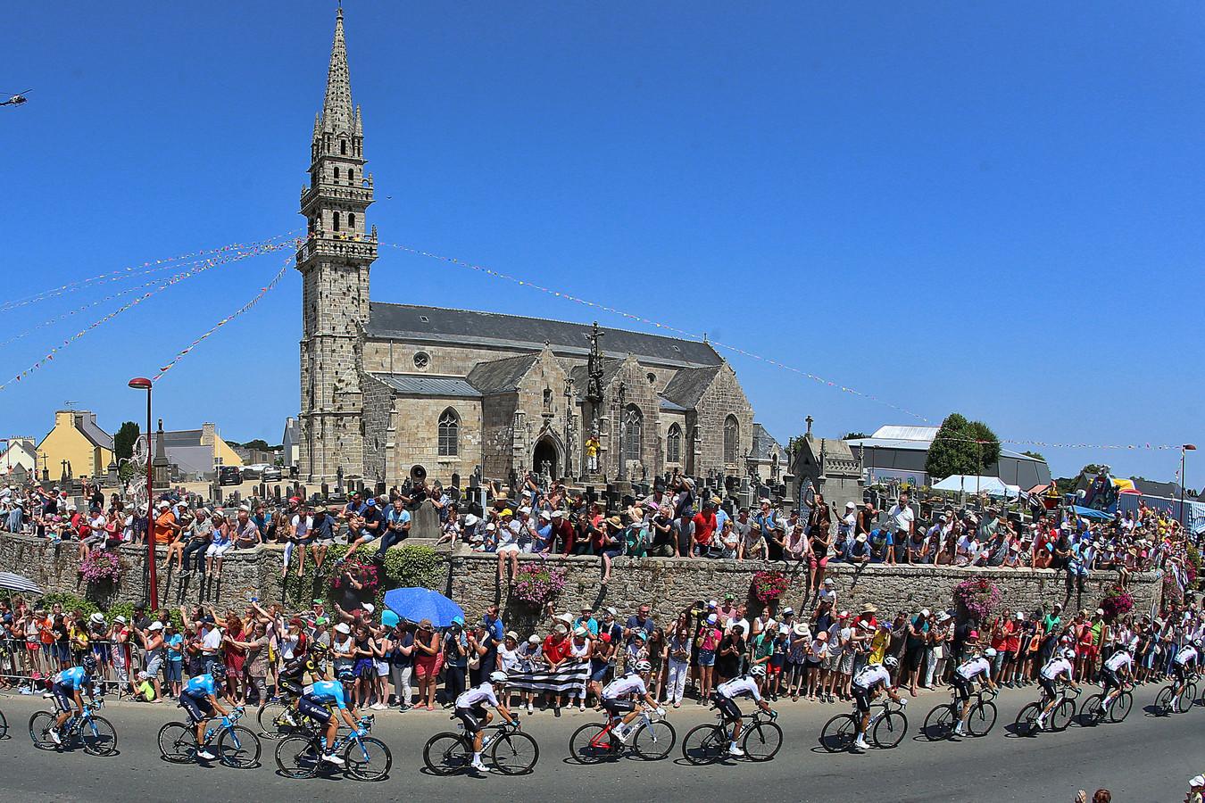 Het peloton onderweg naar Mûr-de-Bretagne, waar de Ier Dan Martin de sterkste zou blijken in de sprint.