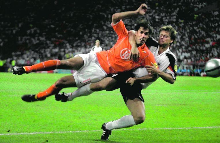 Ruud van Nistelrooy scoort in Portugal tegen Duitsland de 1-1. Worns doet er alles aan, maar is niet sterk genoeg. Beeld Guus Dubbelman