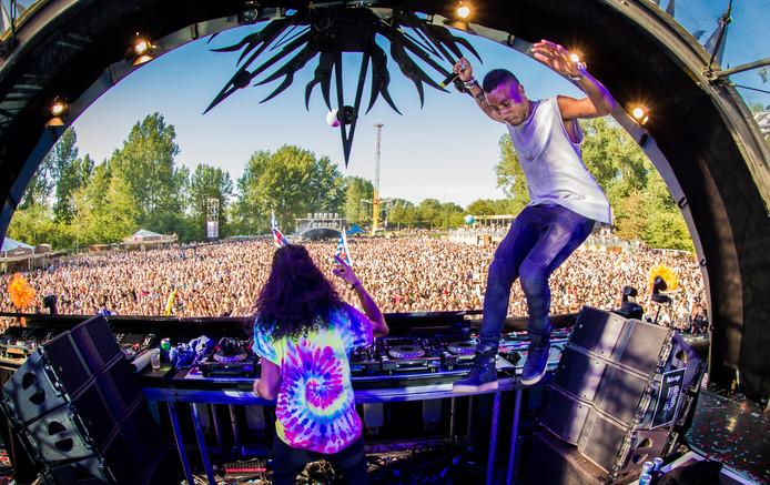 DJ's Sunnery James en Ryan Marciano in actie tijdens dancefestival Mysteryland