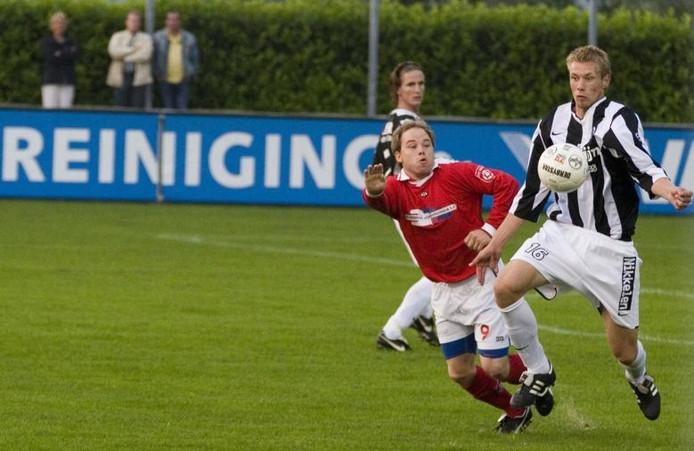 Achilles'29-speler Bob Verweij (rechts) controleert de bal in het bekerduel tegen DIO'30. foto Leo IJsvelt/De Gelderlander