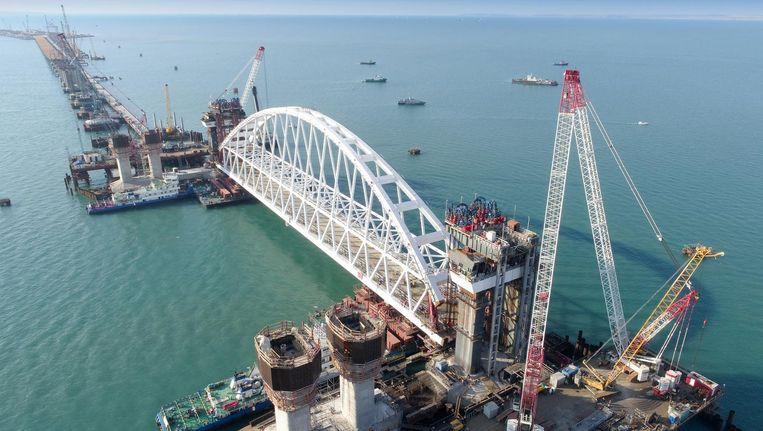De brug die het geannexeerde schiereiland met het Russische vasteland moet gaan verbinden. Beeld epa