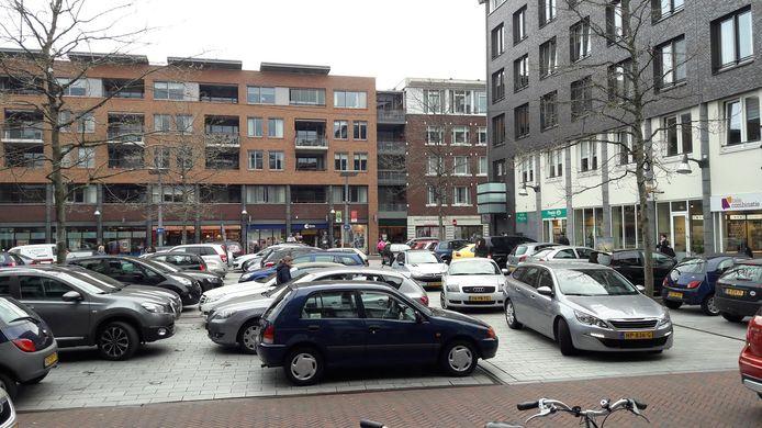 Drukte op de Wolfsberg in Deurne op zaterdagochtend 1 april, de eerste dag dat er in het centrum gratis geparkeerd kan worden.