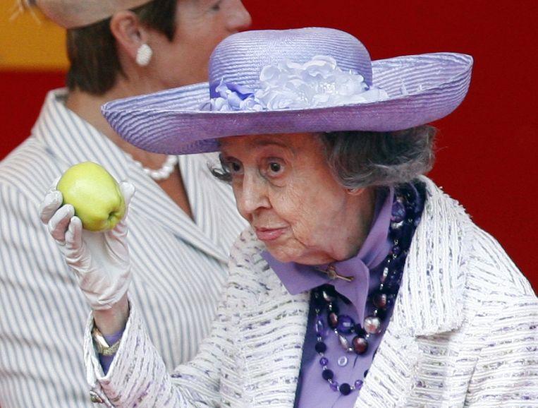 Koningin Fabiola amuseert de aanwezigen op het militair defilé met een appel. Archieffoto 21 juli 2009.