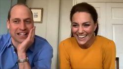 Klein meisje doet prins William blozen tijdens videogesprek