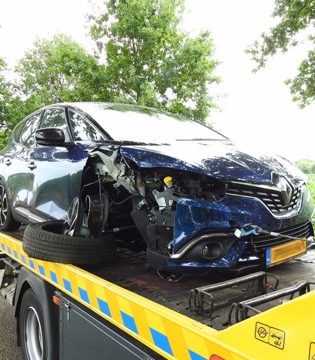 Auto rijdt tegen boom in Gemert; automobilist gewond naar het ziekenhuis