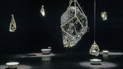 Opvallende kunst: smeltende ijssculpturen aan plafond