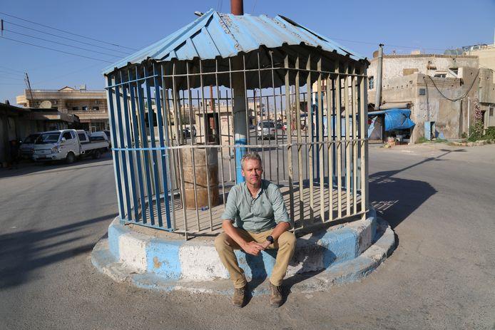 Harald Doornbos voor een kooi in Raqqa, waarin inwoners tijdens de bezetting door IS in het openbaar werden vernederd.