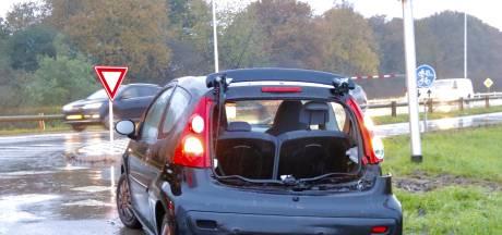 Inzittende naar ziekenhuis na botsing tussen auto en vrachtwagen bij Oeffelt