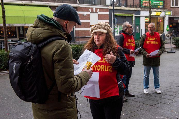 De familie van Bergün Varan vrijdag, toen zij op het station in Breda met reizigers over Grup Yorum en hun dochters spraken.