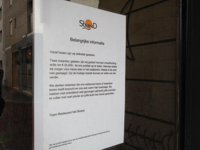 Aan de deur van Het Strand hangt een briefje dat de zaak definitief is gesloten.