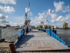 Klinkt leuk, boeren de Maas over varen, maar zo'n pontje ligt er niet zomaar: 'Palen slaan en stoepen leggen'