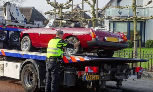 Het Openbaar Ministerie nam onder meer luxe auto's in beslag.