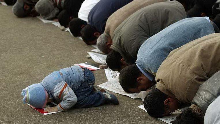 Biddende moslims. © Reuters Beeld