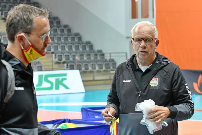 Joop Wijker in de Poolse sporthal tijdens de training. Links teammanager Arie Verbeek.