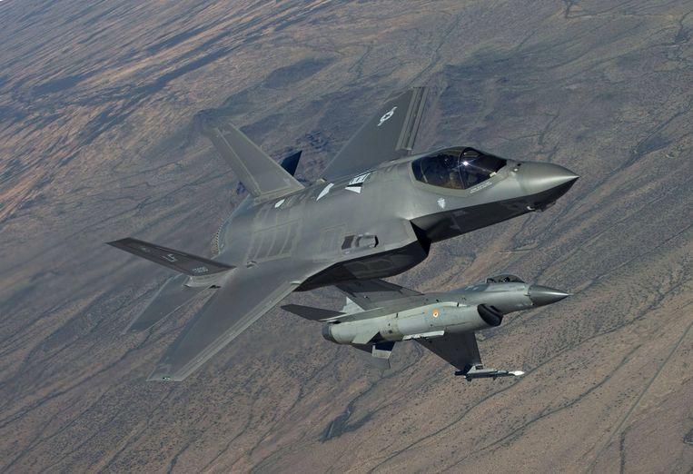 Een F-35 voert een testvlucht uit in de VS samen met een F-16. De ontwikkeling van de F-35 werd medio jaren negentig in gang gezet om de duizenden F-16-toestellen te vervangen die wereldwijd in gebruik zijn. Beeld Lockheed Martin