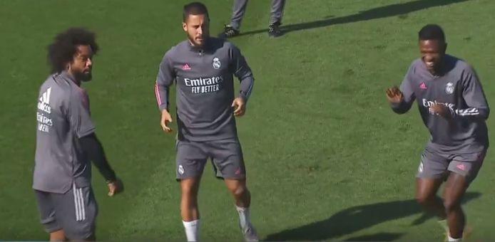 Eden vandaag op de training in een rondootje naast Marcelo.