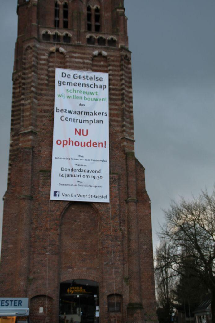 Het spandoek aan de Petrus Donderstoren in Sint-Michielsgestel.