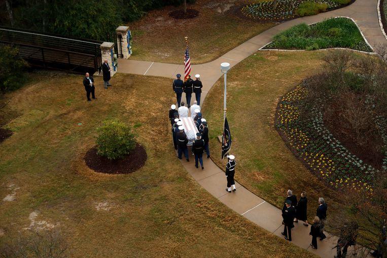 De kist met Bush wordt door een erewacht naar zijn laatste rustplaats gebracht. Achter de kist aan lopen familieleden van de overleden president.