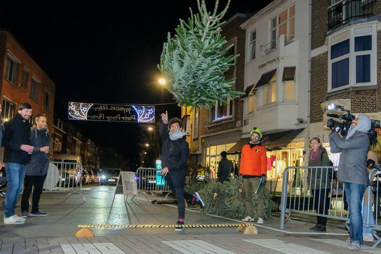 Eén van de kerstboomwerpers in volle actie.